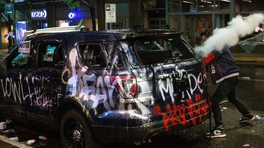 May 30, 2020, Seattle, Washington, USA: A man hits a burnt police vehicle with a fire extinguisher during protests in response to the death of George Floyd in Seattle, Washington on May 30, 2020. Thousands of protesters demonstrated amidst the COVID-19 pandemic, causing widespread damage in the city s retail core, which led Governor Jay Inslee to activate more than 200 Washington National Guard personnel. Seattle USA - ZUMAr101 20200530zafr101014 Copyright: xDavidxRyderx