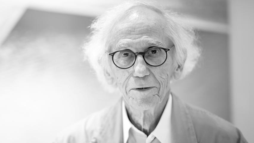 Der Künstler Christo, der vor 25 Jahren auch das Reichstagsgebäude in Berlin verhüllte, ist tot. Er starb in New York im Alter von 84 Jahren eines natürlichen Todes, wie auf seiner Website mitgeteilt wurde und sein Büro am Sonntagabend der Deutschen Presse-Agentur bestätigte.
