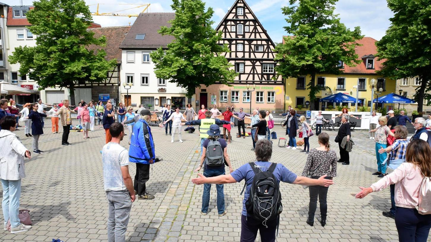 Seit drei Wochen finden sich in Forchheim Teilnehmer zu Corona-Mahnwachen zusammen. Inzwischen sind sie vom Rathausplatz auf den Paradeplatz umgezogen.