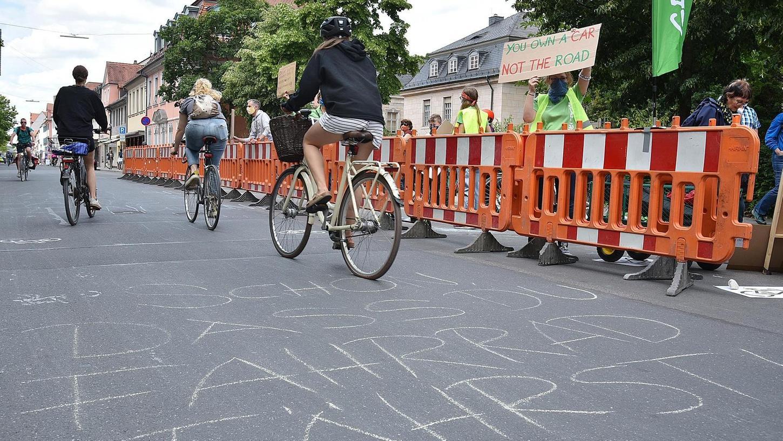 Für neue Radwege und sichere Fahrradstraßen haben am Samstag Aktivisten der Erlanger Greenpeace-Gruppe demonstriert.