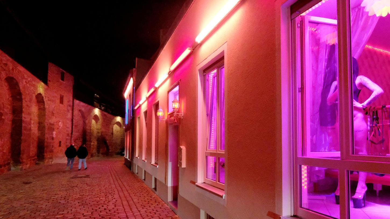 An der Frauentormauer sind die Lichter längst ausgegangen, die Bordelle haben geschlossen.