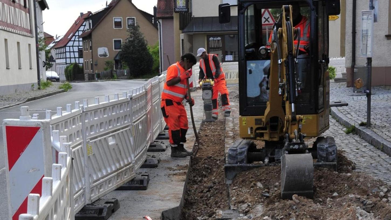 Nicht zu übersehen: In Ammerndorf sind die Tiefbauarbeiten für die Verlegung der neuen Glasfaserkabel angelaufen.