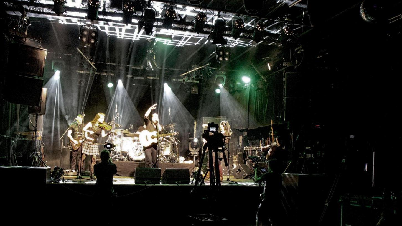 Die Band Schandmaul machte im Musikclub Hirsch aus der Not eine Tugend: Sie traten nicht vor Publikum, sondern vor Kameras auf.