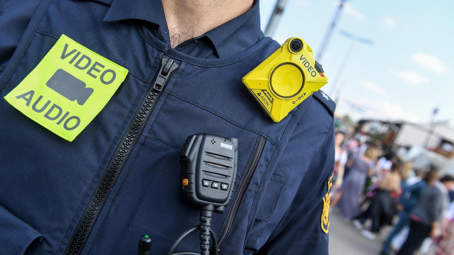 Kleines Gerät auf der Dienstkleidung: In Erlangen sind acht, in Herzogenaurach zwei Kameras im Einsatz.