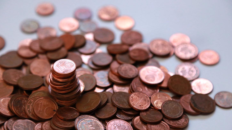 Viele Bürger sammeln Kleingeld bei sich zuhause. Doch mittlerweile erheben zahlreiche Banken Geld für den Service, es einzutauschen.
