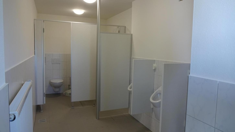 An der Bezirkssportanlage gibt es nun eine neue Toilettenanordnung: Das Herren-WC (unser Bild) ist nun in der ehemaligen Damentoilette. Im Damen-WC befindet sich nun auch eine barrierefreie Toilette für Menschen mit Behinderung.
