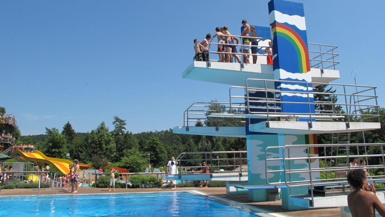 Der Sprungturm ist vor allem bei den jungen Badegästen sehr beliebt. Nur jeweils ein Besucher dürfte ihn unter Corona-Auflagen besteigen oder er müsste, wenn das nicht klappt, gesperrt werden.