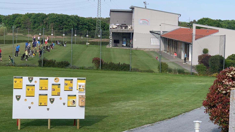 Mit Hinweistafeln auf seine Artenschutz-Aktivitäten hat der Golfclub am Weltbienentag und in der Folgewoche Mitglieder und Gäste auf dem Gelände in Burgstall empfangen.