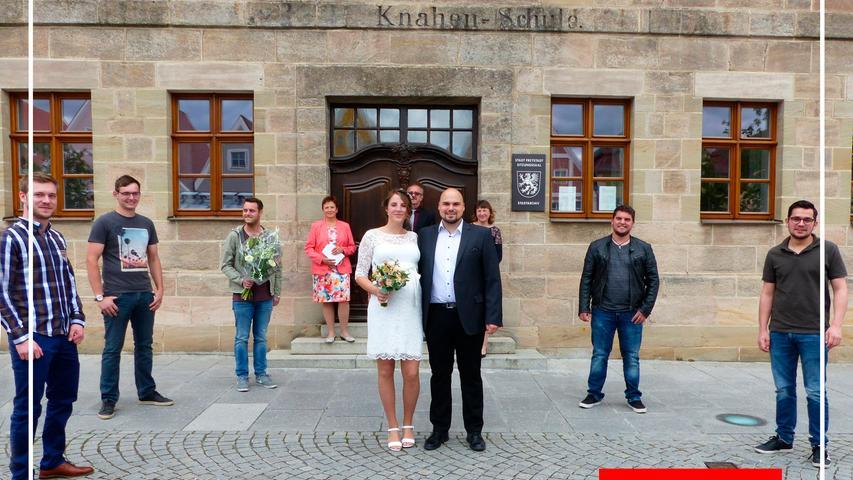 Vor zehn Jahren liefen sich Elisa Ramsauer aus Mörsdorf und Andreas Heinloth aus dem Allersberger Ortsteil Polsdorf das erste Mal über den Weg. Sie verloren sich wieder aus den Augen bis sie sich vor vier Jahren bei einer Plattenparty in Mörsdorf erneut getroffen haben. Sie wurden ein Paar und haben nun im Freystädter Rathaus geheiratet. Nach der Trauung, die Bürgermeister Alexander Dorr vorgenommen hat, gratulierten Familie und Freunde, überreichten Blumen und Geschenke. Als gemeinsamen Wohnort haben die 28-jährige Erzieherin und der gleichaltrige Projektmanager Freystadt gewählt. Das nächste freudige Ereignis steht bereits ins Haus, denn Anfang Juli erwarten die glücklichen Eltern ihr gemeinsames Kind. as