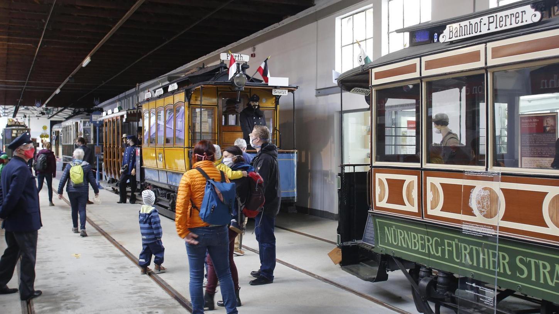 Am ersten Wochenende nach der Corona-Zwangspause ist ein Mundschutz Pflicht. Die Vorfreude auf den Besuch im Historischen Straßenbahndepot ist dennoch ungetrübt.