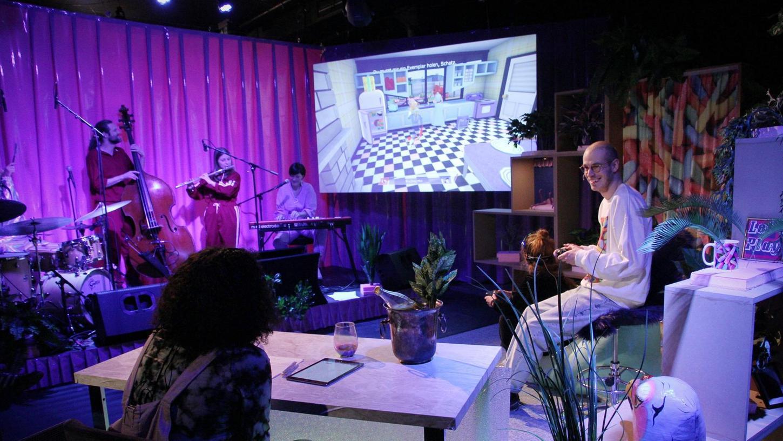 Unterstützt von einer Live-Band und einer Gamemasterin spielt sich der Fürther Tausendsassa Tim Steinheimer (rechts) vor Publikum durch ein Computerspiel.