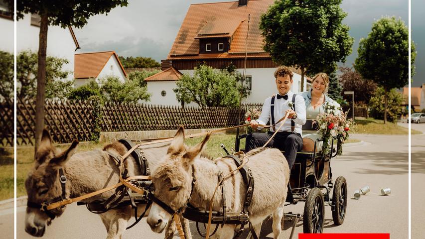 Am Mittwoch, 3. Juni, gleich zu Beginn des Rosenmonats, haben sich Tobias und Marina Metschl am siebten Jahrestag ihrer Zeit zu Zweit in Sengenthal das Ja-Wort gegeben. Nach der standesamtlichen Trauung wurde das frischverbundene Paar von den Eltern der Braut, die den Eselstall Beyer betreiben, mit einer Eselkutsche überrascht, auf dem Kutschbock konnte der Bräutigam sein Können unter Beweis stellen. Trotz der ungewöhnlichen Corona-Auflagen verbrachten Paar und Gäste einen unvergesslichen Tag.