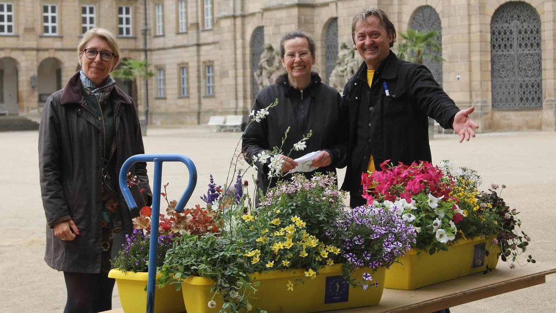 Präsentieren eine kleine Auswahl der 220 Blühkästen: Antoinette Fehlinger, Verwalterin von Schloss Weißenstein (links), und das Künstlerduo Gisela Bartulec und Peter Kalb.
