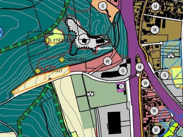 """In der Eulenhofstraße sieht Treuchtlingens Stadtrat ein mögliches neues Wohngebiet. Doch die bandartige Entwicklung und die Nähe zum Waldrand sind für das Landratsamt als Genehmigungsbehörde ein Problem. Die orange umrahmte Fläche mit der """"2"""" soll deshalb aus dem Plan gestrichen werden."""