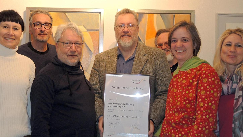 Christiane Hirschmann, Manfred Häupl, Dr. Bruno Oßmann, Dr. Andreas Palme, Helmut Erdmannsdörfer, Dr. Martina Weis und Susanne Gronauer (v. l.) freuen sich über die Zertifizierung der Volkshochschule.