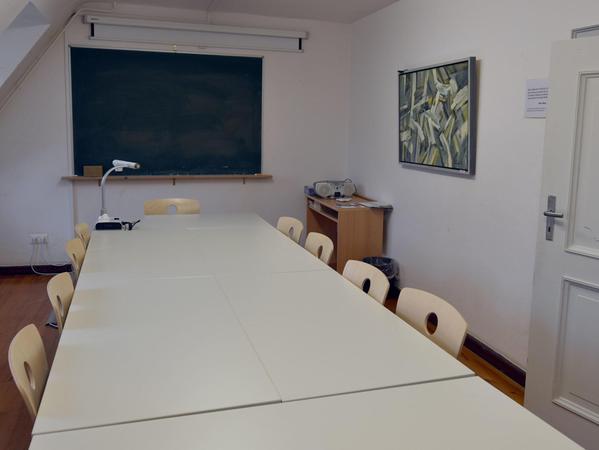 Aufgehübscht: Die Anschaffung neuer Möbel für die Räume Am Hof 23 ist ein kleiner Baustein, mit dem die Weißenburger Volkshochschule auf die Anregung der Kursteilnehmer reagiert hat. Neue Bilder von Eduard Raab lockern die Atmosphäre ein wenig auf.
