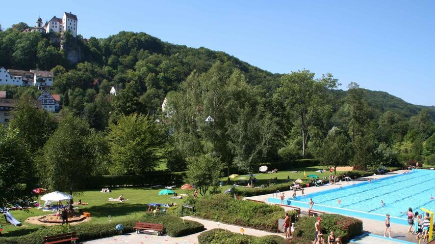 Egloffstein, idyllisch im Landkreis Forchheim in der Fränkischen Schweiz gelegen, ist seit Mitte der 1950er Jahre ein staatlich anerkannter Luftkurort. Kein Wunder, dass der Markt sich von seiner schönsten Seite in luftiger Höhe zeigt. Bei einer knapp einstündigen Wanderung durch den Wald oberhalb der Gemeinde kann man an mehreren Aussichtspunkten den Blick schweifen lassen. Selbst wenn das hübsche Freibad geschlossen hat, gibt es für Kinder allerhand zu entdecken, zum Beispiel die Seilbahn neben dem Spielplatz. Die Eltern können derweil im nahen Café auf der Terrasse sitzen oder vor dem Gasthaus Platz nehmen.