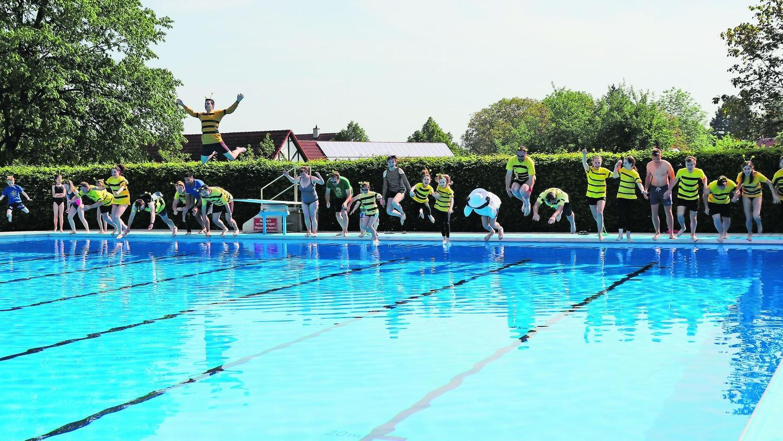 Das Anschwimmen der DLRG im Burgbernheimer Freibad im vergangenen Jahr. In der Form wird es das am morgigen Freitag nicht geben, aber immerhin: Die Saison ist eröffnet.