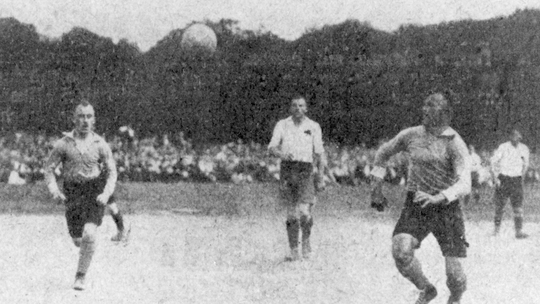 Der 13. Juni 1920 auf den Sandhöfer Wiesen in Frankfurt am Main: Der 1. FC Nürnberg (im dunklen Trikot) und die Spielvereinigung Fürth im Endspiel um die Meisterschaft.