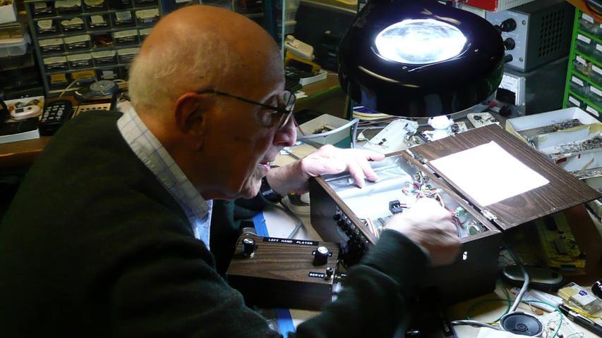 Eine wichtige Rolle bei der Entwicklung der Spielekonsolen spielt der in der Pfalz geborene deutsch-amerikanische Erfinder Ralph Baer. Der Ingenieur experimentierte bereits in den 1960er-Jahren mit Videospielen und der Möglichkeit austauschbarer Kassetten, auf denen die Spiele gespeichert sind. Eine Idee, die erst später wieder aufgegriffen werden sollte.