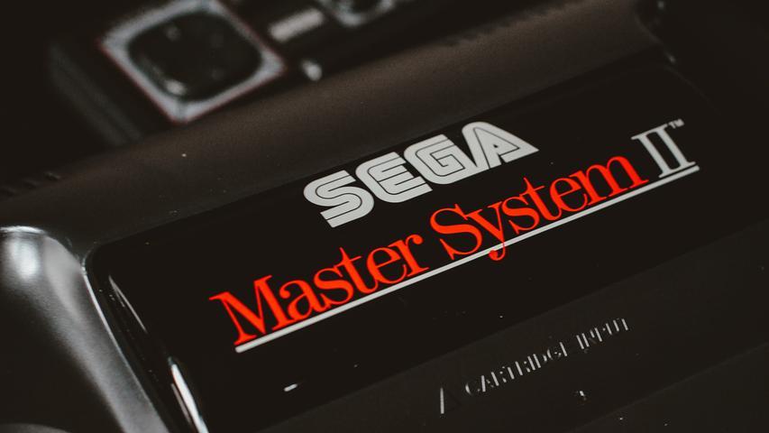 Konkurrent Sega verzeichnet mit dem Sega Master System und dessen Weiterentwicklungen erste Erfolge, vor allem in Europa kommt die 1985 erschienene Konsole gut an. Sie bot sowohl austauschbare Kassetten als auch fest installierte Spiele an. Segas Mario zu dieser Zeit: Ein unauffälliger Superheld namens