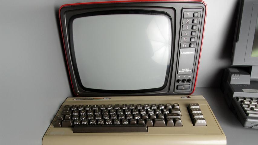 Unter anderem in Deutschland sehr beliebt: Der Commodore 64, der mehr ist als nur eine Konsole. Der 1982 erschiene Heimcomputer bietet die Möglichkeit, auch eigene Anwendungen zu programmieren. Für viele junge Menschen damals der Einstieg in die Welt der Computer. Einen herben Rückschlag muss allerdings Atari hinnehmen: Der 7800, der auch als Heimcomputer angepriesen wird, kann in Sachen Verkaufszahlen nicht mehr mit der Konkurrenz mithalten. Der Markt ist bereits gesättigt, das Interesse verlagert sich in Richtung mobiles Spielen.