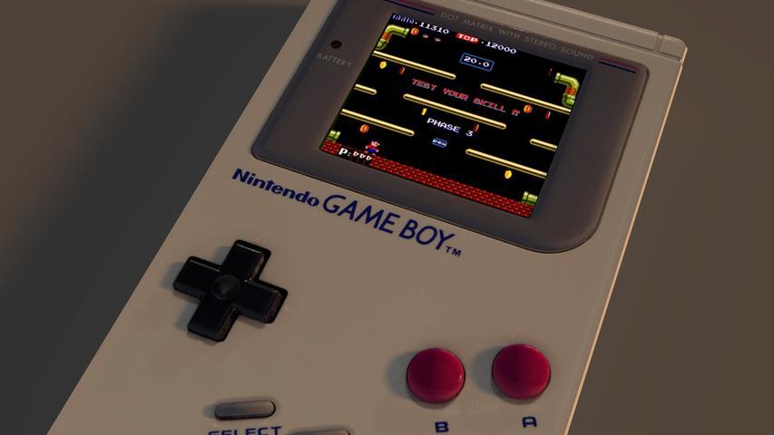 Womit auch die vierte Generation eingeläutet wird: Dem Game Boy von Nintendo, der ab 1989 für Furore sorgt. Fast 120 Millionen Konsolen verkauft Nintendo in den kommenden Jahren – vom klassischen Game Boy allein. Das Prinzip ist denkbar einfach: Vier Tasten, ein Steuerkreuz und ein eingebautes LCD-Display, das kaum größer ist als heutzutage eine Smartwatch, sowie austauschbare Module mit verschiedenen Spielen. Der eingebaute Lautsprecher rundet den Klassiker ab. Großer Streitpunkt in vielen Familien: Der enorme Batterieverbrauch. Der Game Boy arbeitet mit vier AA-Batterien. Im Schatten des Game Boy stehen der Atari Lynx sowie der Sega Game Gear, die Nintendo aber maximal etwas ärgern können.