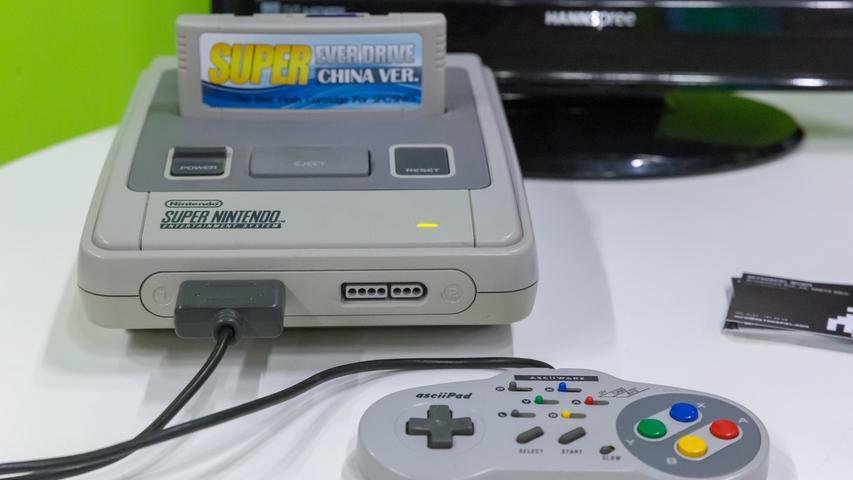 Bei den stationären Konsolen kann ab 1990 der Nachfolger des NES, das Super Nintendo Entertainment System (oder kurz: SNES), die Vormachtstellung des japanischen Giganten verteidigen, Sega gelingt mit dem 1988 veröffentlichten Mega Drive (in den USA als Genesis bekannt) ein Achtungserfolg – dank der Figur Sonic, einem pfeilschnellen Igel, die die Herzen zahlreicher Spieler erobert.