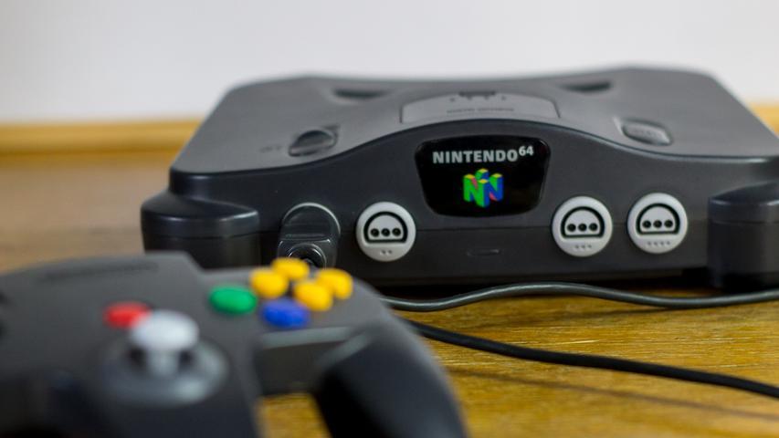 Erst knappe zwei Jahre nach dem Release der PlayStation stellt Nintendo den Nintendo 64 in die Regale – in einer Zeit, in der die CD an Bedeutung gewinnt, setzt der bis dato Marktführer also weiterhin auf Spielmodule. Während Sony die Playstation mehr als 100 Millionen mal verkauft, geht der Nintendo 64