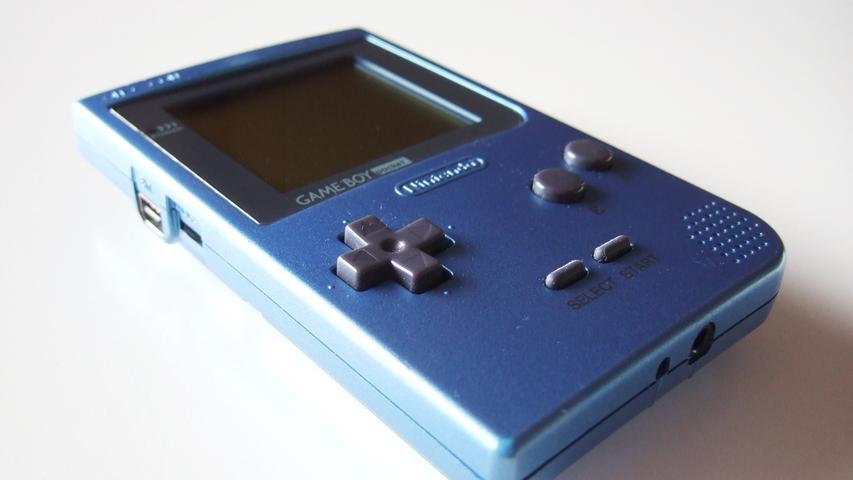 Bei den mobilen Konsolen legt Nintendo den Fokus im Übrigen auf die Weiterentwicklung des Game Boy. Mit dem Game Boy Pocket (1996 veröffentlicht) und dem Game Boy Color (ab 1998 auf dem Markt) bleiben die Japaner auf dem Thron und können sich die Konkurrenz in Form des Neo Geo Pocket oder WonderSwan problemlos vom Leib halten.