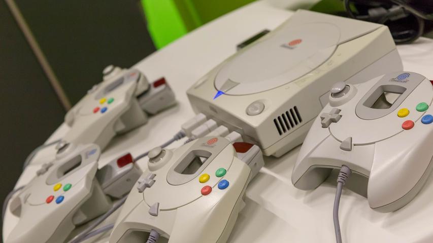 Die Strategie, die beim Konkurrenten einst zum Erfolg der PlayStation geführt hatte, will sich Ende der 1990er-Jahre dann Sega zu Eigen machen. Noch bevor die Platzhirsche Sony und Nintendo ihre neuesten Konsolen in der mit Spannung erwarteten sechste Konsolen-Generation in den Ring werfen, wagt Sega mit der Dreamcast 1998 einen historischen Schritt. Die Konsole ist die erste, die ein eingebautes 56k-Modem mitbringt. Das ermöglicht nicht nur den Zugang ins Internet, um zu surfen, sondern auch erste Online-Spiele.
