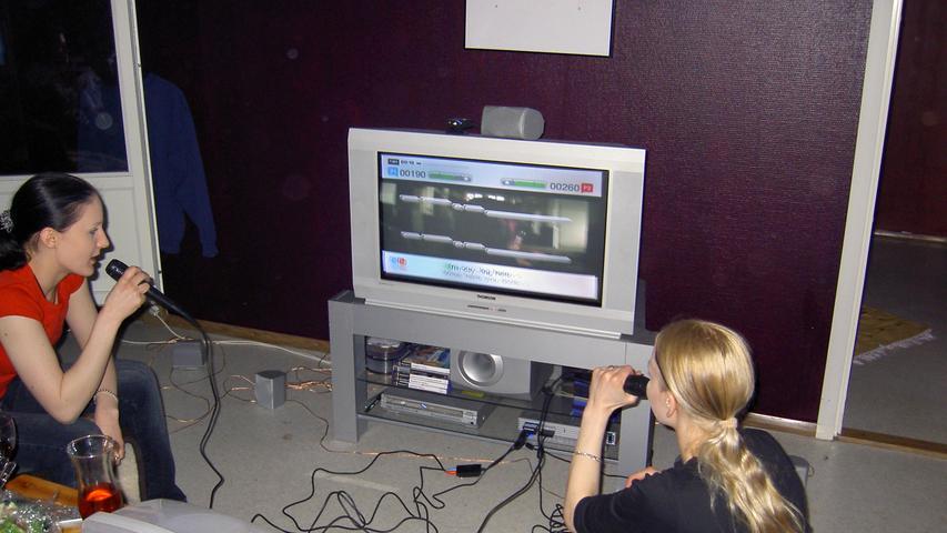 Der Vorsprung hilft Sega aber nicht viel, die Technik der Dreamcast ist nicht ausgereift genug. Sobald Sony seine PlayStation 2 vorstellt und schließlich 2000 auf den Markt bringt (hier mit dem beliebten Karaoke-Spiel Singstar), brechen Segas Verkäufe ein. Als erste Konsole kann die PS2 nämlich auch DVDs abspielen und trifft damit als 2-in-1-Lösung für das Wohnzimmer voll ins Schwarze. Bis heute ist sie die meistverkaufte Konsole aller Zeiten mit mehr als 155 Millionen Einheiten. Der Nintendo GameCube, die 2001 veröffentlichte Antwort auf die PS2, bleibt weit hinter den Erwartungen zurück. Zu gesättigt ist der Markt durch den Erfolg Sonys – und durch einen frischen Mitbewerber.