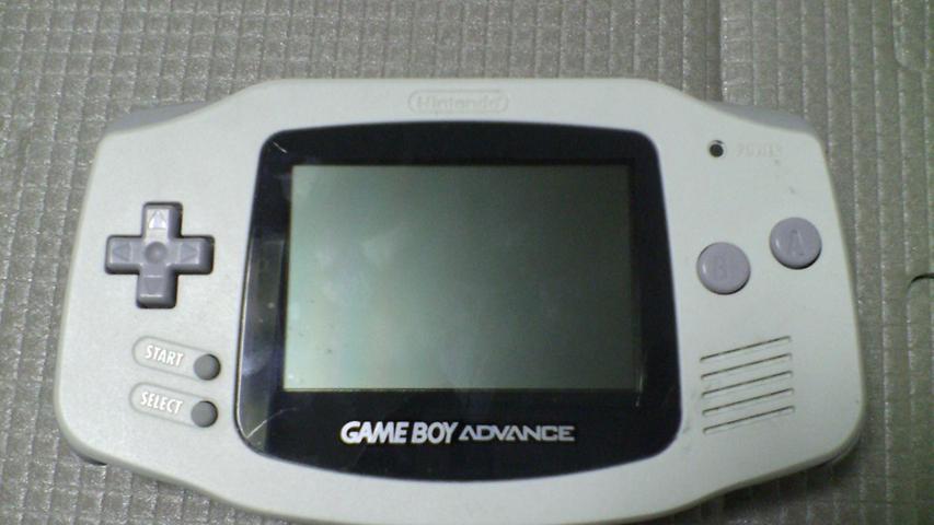 Als Nachfolger des Game Boy stellt Nintendo dann 2001 den Game Boy Advance vor, der nun ein größeres (und später mit dem Game Boy Advance SP auch beleuchtetes) Farbdisplay erhält. Nintendo bleibt im mobilen Gaming absoluter Spitzenreiter und verkauft mehr als 81 Millionen Exemplare des Game Boy Advance.