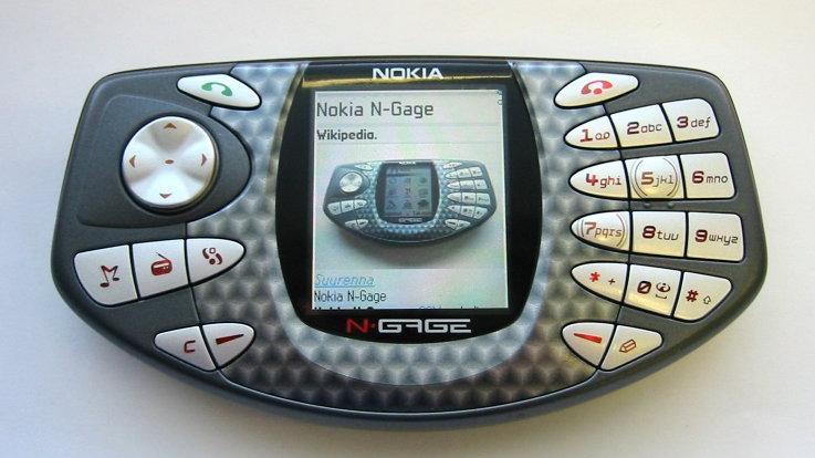 Eine spannende Neuerung – und ein Ausblick in die Zukunft – kommt indes von Nokia. Der als Handyhersteller zum Weltruhm gekommene Konzern aus Finnland. Der damalige Marktführer im Mobiltelefon-Bereich sorgt mit dem N-Gage, einem Hybrid aus Handy und Handheld-Konsole, für Furore. Die Spiele sind nun auf sogenannten MultiMediaCards gespeichert, Nutzerinnen und Nutzer können zusätzlich Musik per MP3-Feature hören und sogar Videos abspielen. Das N-Gage verkauft sich zwar nur mäßig, gilt aber bis heute als Wegbereiter für die spätere Entwicklung der Mobiltelefonie – weg vom klassischen Telefon für Unterwegs hin zum mobilen Multimedia-Center mit Spielefunktion.