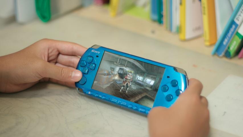 Bei den Handheld-Konsolen tut sich aber plötzlich eine Lücke auf: Der Game Boy Advance gilt eher als Konsole für Kinder und Jugendliche, doch die Gamer, die mit dem alten Game Boy aufgewachsen sind, sehen sich auf dem Markt nicht repräsentiert. Deshalb entwickelt Sony Anfang der 2000er-Jahre die PlayStation Portable (PSP). Während Nintendo mit dem Nintendo DS weiter auf eher simple Grafik, bunte Gehäuse und ein Doppel-Display setzt, kommt die PSP in Sachen Rechenleistung schon deutlich näher an die stationären Konsolen heran. Beide Konsolen werden zum Erfolg, der etwas günstigere Nintendo DS verkauft sich mehr als 150 Millionen mal, die eher für Erwachsene konzipierte PlayStation Portable setzt immerhin 82 Millionen Exemplare ab.