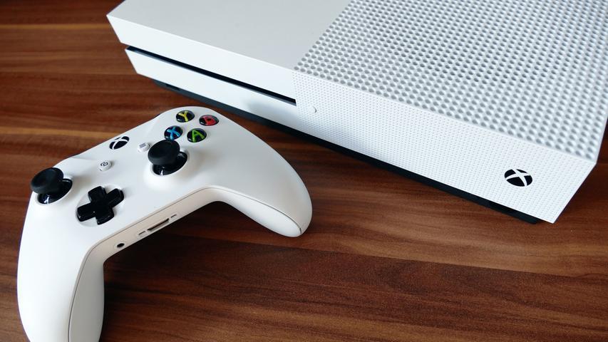 Auffällig ist, dass die Hersteller nun die üblichen Laufzyklen der Konsolengeneration durch weiterentwickelte Varianten erweitern. Sony setzt, wie schon bei der PS3, auf die PS4 Slim, eine etwas kleinere Ausführung – und später auf die PS4 Pro, die sogar 4K-Auflösung unterstützt. Microsoft fährt mit der Xbox One S eine ähnliche Strategie, die aber weitaus weniger erfolgreich ist.