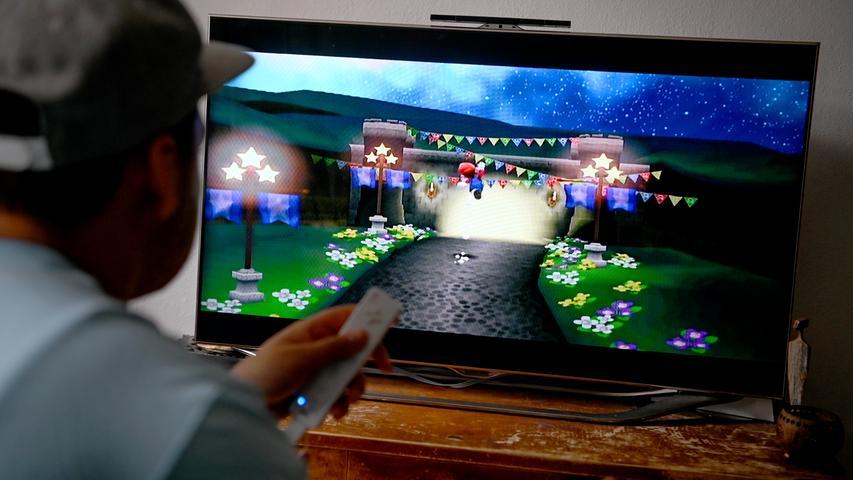 Der Markt der Hersteller für stationäre Spielekonsolen ist nun in der siebten Generation merklich ausgedünnt. Während Microsoft mit der Xbox 360 und Sony mit der PlayStation 3 in direkte Konkurrenz treten, geht Nintendo einen anderen Weg und bringt mit der Nintendo Wii eine Konsole für die ganze Familie auf den Markt. Anders als die Konkurrenz setzt Nintendo nämlich nicht auf einen klassischen Controller, sondern auf eine Art Fernbedienung, mit der man in Richtung Fernseher zeigen muss, um den Cursor zu bewegen. Eine Revolution, die bewegungsaktive Spiele ermöglicht. Die Wii weist sowohl Sony als auch Microsoft in die Schranken, mehr als 100 Millionen Konsolen werden verkauft.