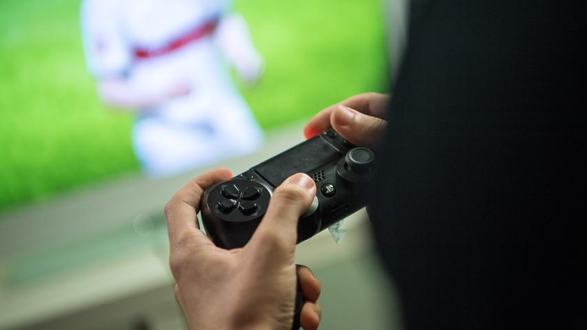 Die Jahre zuvor ist es aber Sony, das nun den Thron erobert. Die PlayStation 4 setzt noch mehr auf Online-Gaming als der Vorgänger und bietet mit Apps für Netflix und Co. auch Raum für die gewachsenen Bedürfnisse der Gamer, die nicht nur eine Konsole, sondern ein richtiges Multimedia-Center im Wohnzimmer haben wollen. Auch die Xbox One bietet all das, kann anfangs mit dem Sony-Konkurrenten mithalten, muss sich im Laufe der Jahre aber klar geschlagen geben. Während Sony die PS4 bislang mehr als 100-Millionen-fach verkauft, steht die Xbox One mit rund 47 Millionen verkaufen Exemplaren klar im Schatten.
