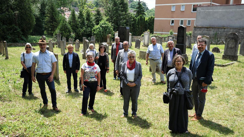 Projekttreffen auf dem Jüdischen Friedhof in Pappenheim: Schon bald sollen die rund 300 Grabsteine von Nathanja Hüttenmeister (vorne rechts) in die renommierte Epidat-Datenbank aufgenommen werden.