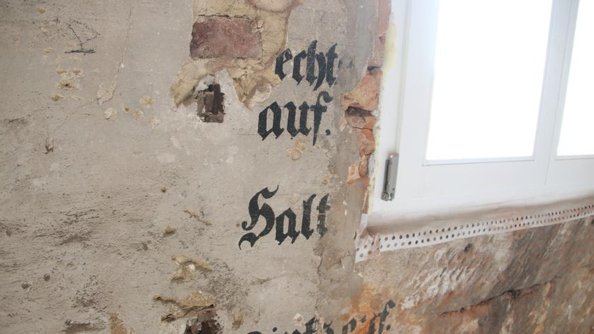 Im Inneren gibt es viele Spuren der jahrhundertealten Geschichte. Was hier einmal geschrieben stand, lässt sich allerdings nicht mehr rekonstruieren.