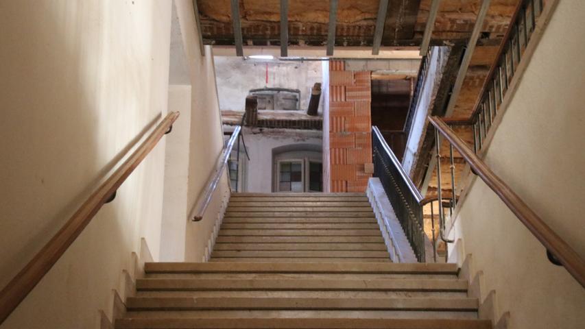 Neben dem Treppenhaus gibt es einen Aufzug, der alle fünf Stockwerke des Hotels bedienen wird.