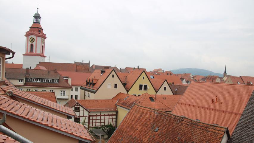Aus den Zimmern in den Obergeschossen hat man einen schönen Blick über die Dächer Weißenburgs.