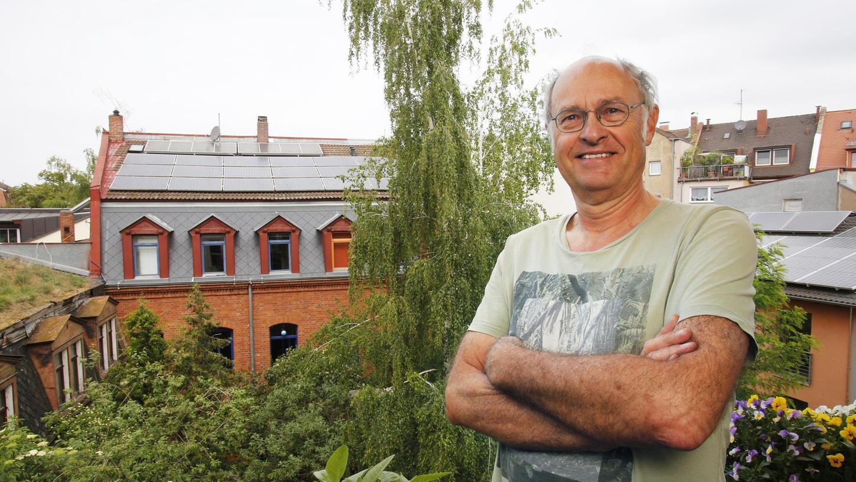 Johannes Potschkas Solaranlage gehört zur ersten Generation. Im Hintergrund ist sie auf dem Dach seines Gostenhofer Hinterhauses zu sehen.