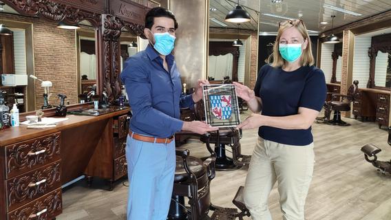 Froh über jede Neueröffnung: Bürgermeisterin Kristina Becker überreichte Barber-Shop-Betreiber Husam Alesmaeil im vergangenen Sommer das Treuchtlinger Stadtwappen als Begrüßungsgeschenk.