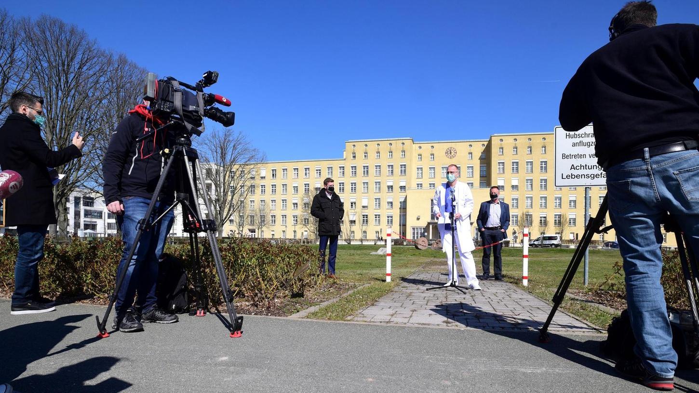 """""""Beruflich war es meine größte Herausforderung"""": Dr. Manfred Wagner, hier beim Pressetermin zu Beginn der Infektionswelle im März, ist froh, dass Deutschland bisher gut durch die Pandemie kam."""