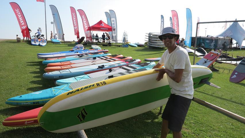 Hier schnappt sich der nächste Gast sein Equipment für einen Ausflug auf dem Wasser.