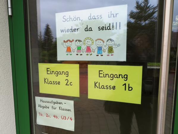 Herzlich begrüßt die Treuchtlinger Grundschule die Kinder nach der langen Corona-Auszeit schon am Eingang – der aber weiterhin nach Klassen getrennt bleibt.