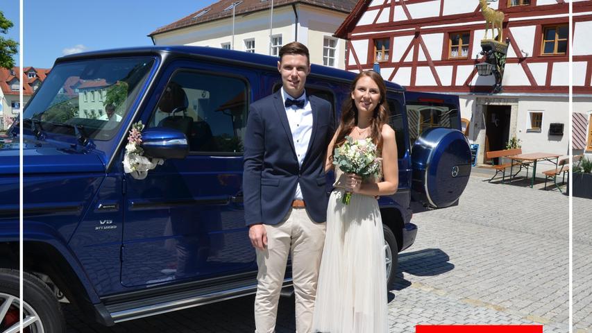 Wie es bei einem besonderen Ereignis sein soll: Strahlender Sonnenschein und blaues Firmament, dazu strahlende Angehörige, liebe Freunde und, vor allem, ein glückliches Brautpaar. Dies waren zweifellos die besten Wegbegleiter ins Eheglück.  Es begann für Thomas Tischner aus Loderbach und Annika Wild – sie kommt aus Neumarkt – als beide im Standesamt im Rathaus am Sophie-Scholl-Platz getraut wurden. Beide sahen sich erstmals vor fünf Jahren in einer Disco in der Jurastadt, lernten sich kennen, verloren sich seitdem nicht mehr aus den Augen bis es dann schließlich eine ganz große Liebe wurde. Den passenden