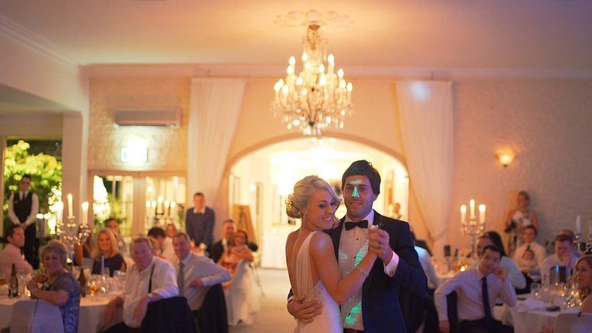 Hochzeiten, Geburtstagsfeiern, Beerdigungen oder auch Betriebsversammlungen sind ab dem 22. Juni mit bis zu 50 Personen im Innen- und 100 Personen im Außenbereich zulässig.