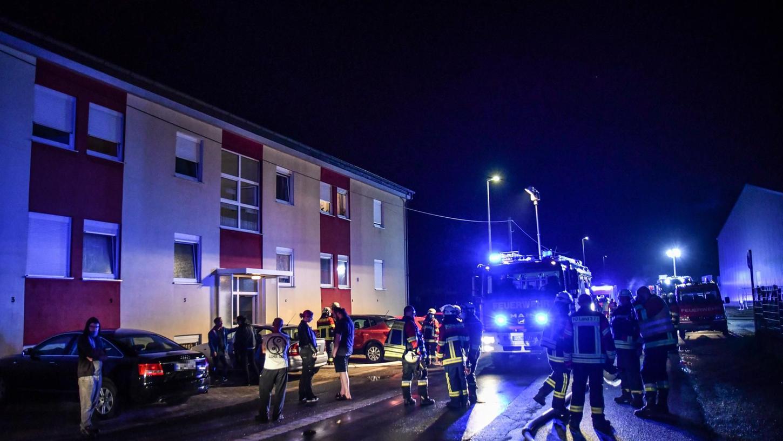 Die Feuerwehr rückte am späten Montagabend in Neunkirchen zu einem Wohnungsbrand aus. Anwohner mussten aus Sicherheitsgründen das Gebäude verlassen.